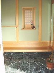 玄関を入って・・・飾り棚